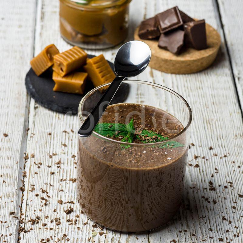 Dezert s čokoládovo-karamelovou príchuťou s čokoládovými vločkami